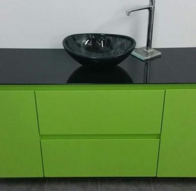 בקו סיסטם ירוק תפוח עם משטח זכוכית שחור